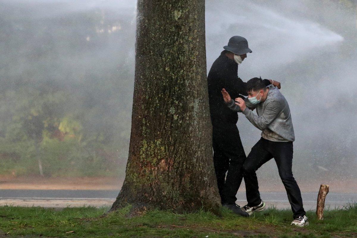 Belçika polisinden parkta parti düzenlemek isteyen gençlere sert müdahale #7