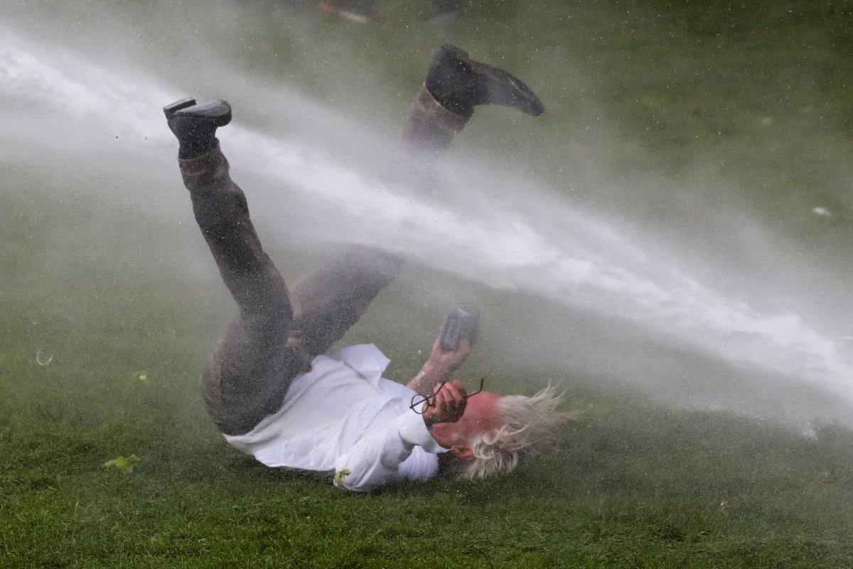 Belçika polisinden parkta parti düzenlemek isteyen gençlere sert müdahale #3