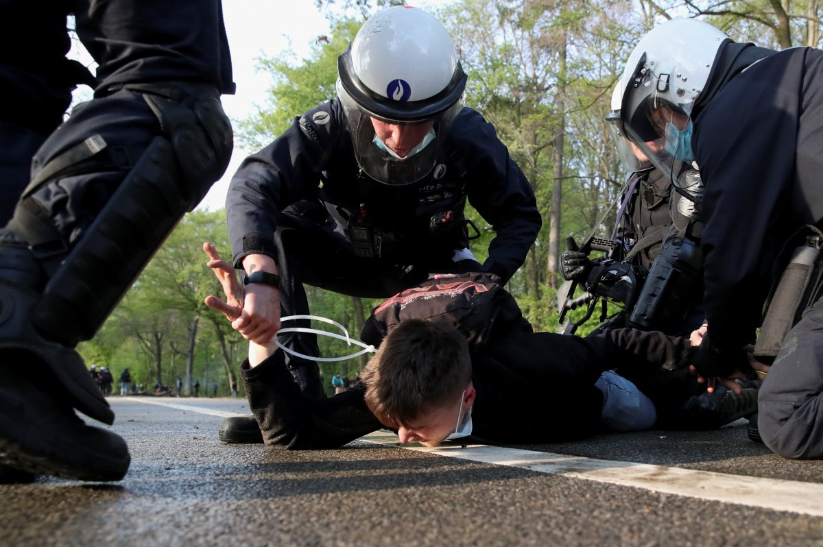Belçika polisinden parkta parti düzenlemek isteyen gençlere sert müdahale #9
