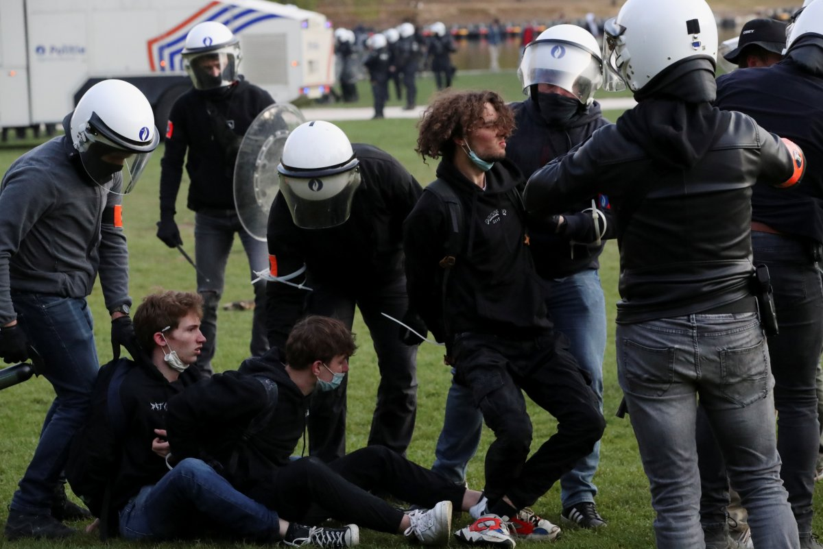 Belçika polisinden parkta parti düzenlemek isteyen gençlere sert müdahale #8