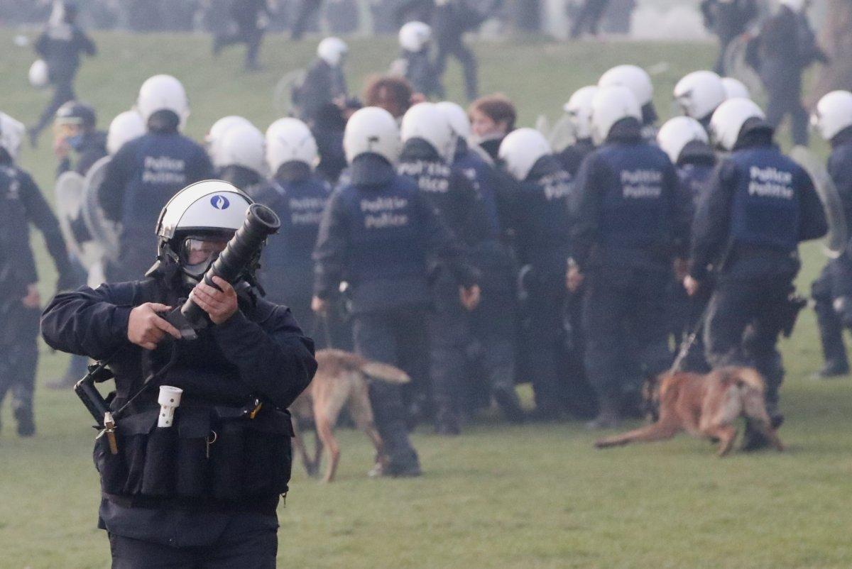 Belçika polisinden parkta parti düzenlemek isteyen gençlere sert müdahale #6
