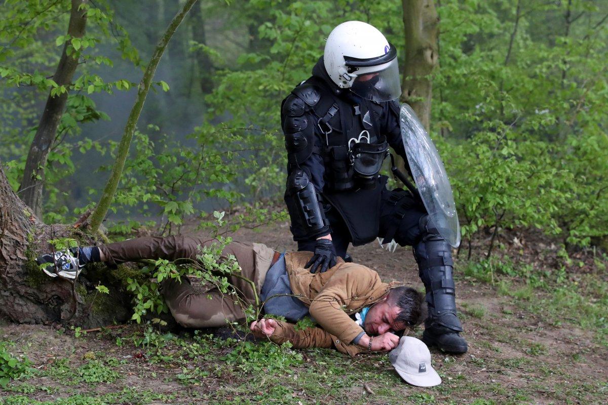 Belçika polisinden parkta parti düzenlemek isteyen gençlere sert müdahale #1