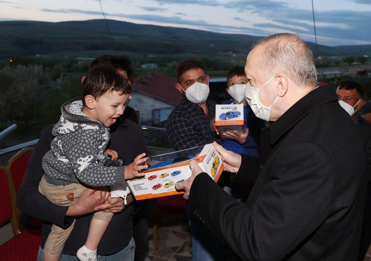 Cumhurbaşkanı Erdoğan Ayaşlı çiftçi ve ailesiyle iftar yaptı #2