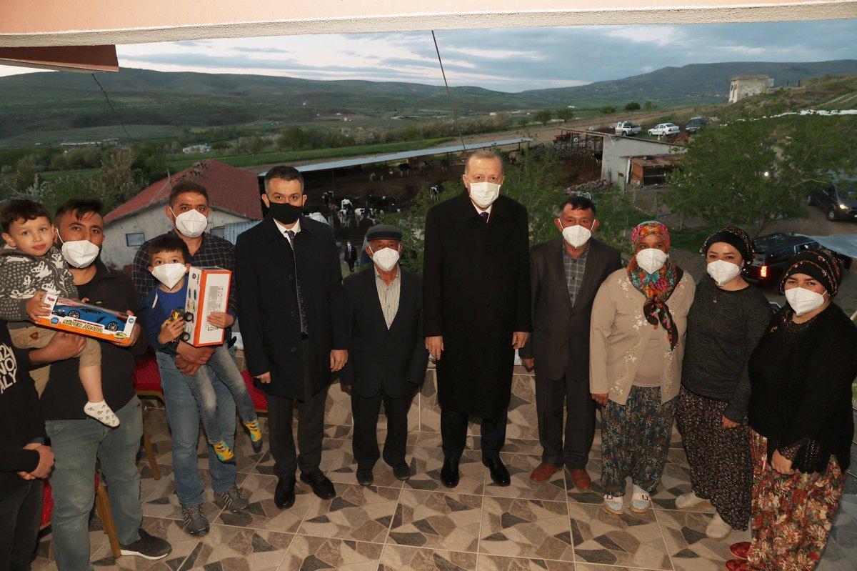 Cumhurbaşkanı Erdoğan Ayaşlı çiftçi ve ailesiyle iftar yaptı #3
