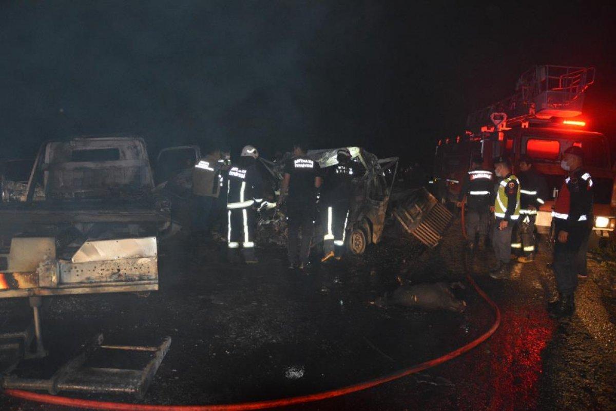 Antalya'da 2 kişi araç içinde yanarak can verdi #1