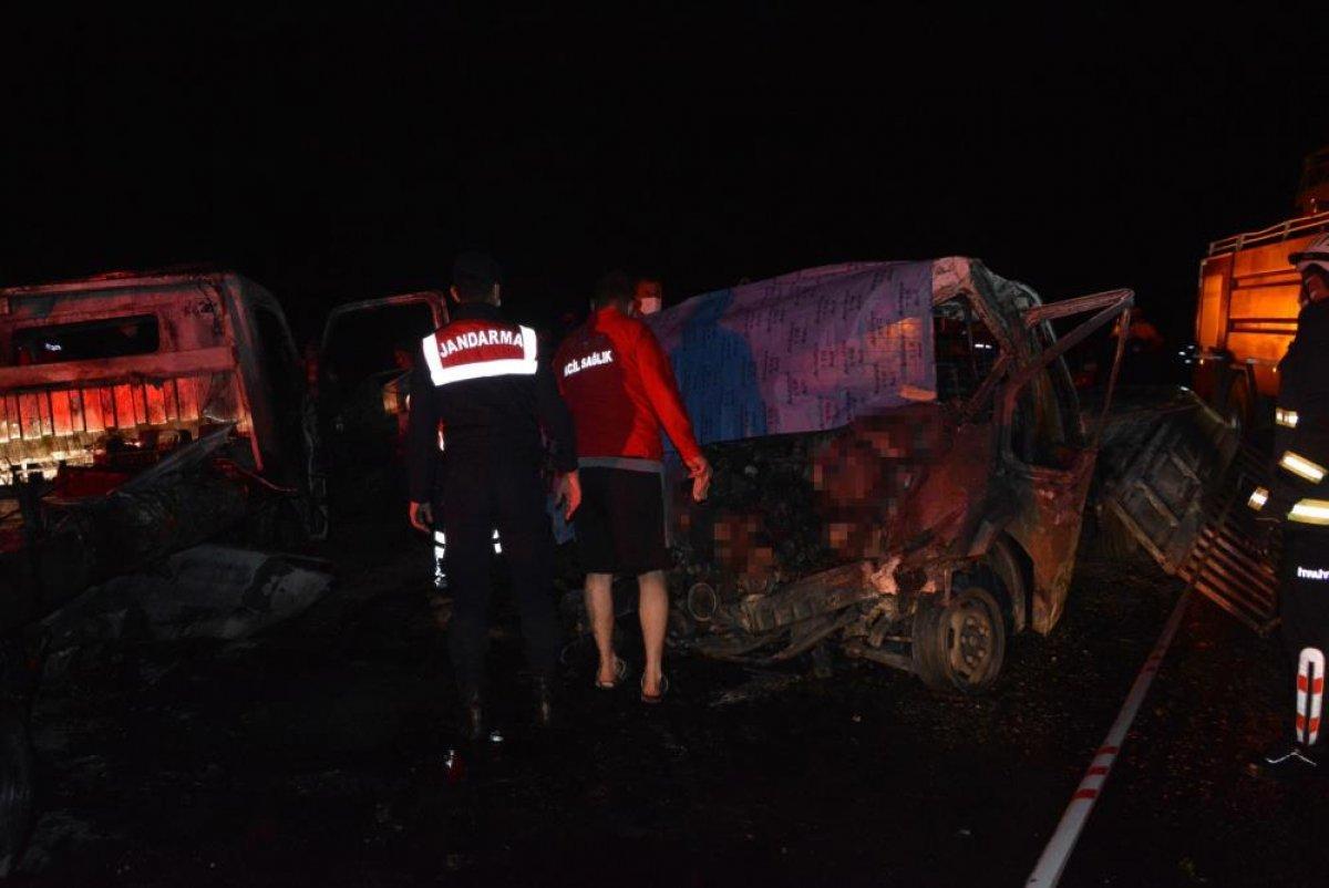 Antalya'da 2 kişi araç içinde yanarak can verdi #6