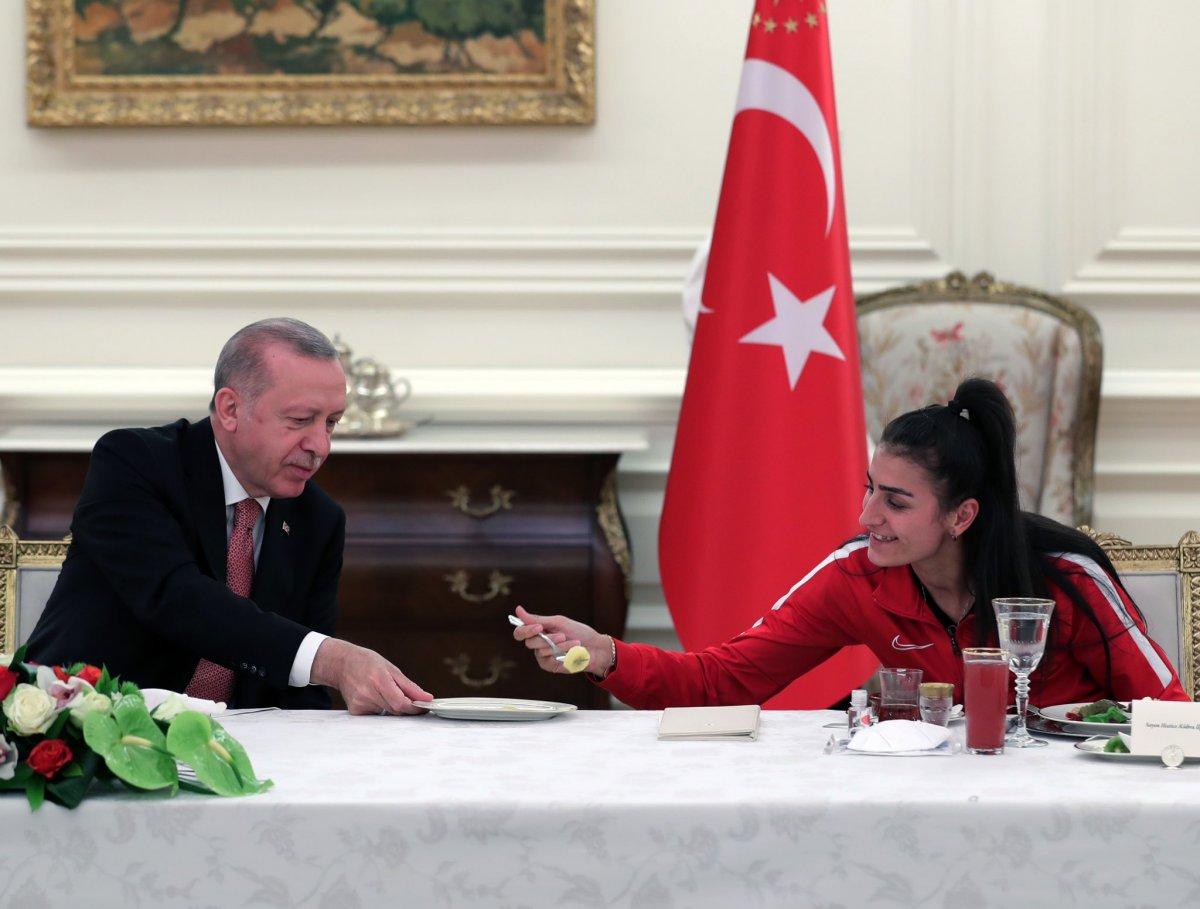 Cumhurbaşkanı Erdoğan milli sporcularla iftar yemeğinde bir araya geldi #1