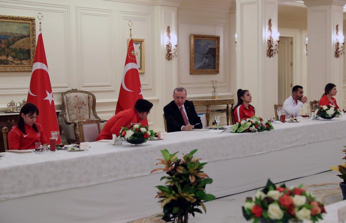 Cumhurbaşkanı Erdoğan milli sporcularla iftar yemeğinde bir araya geldi #5