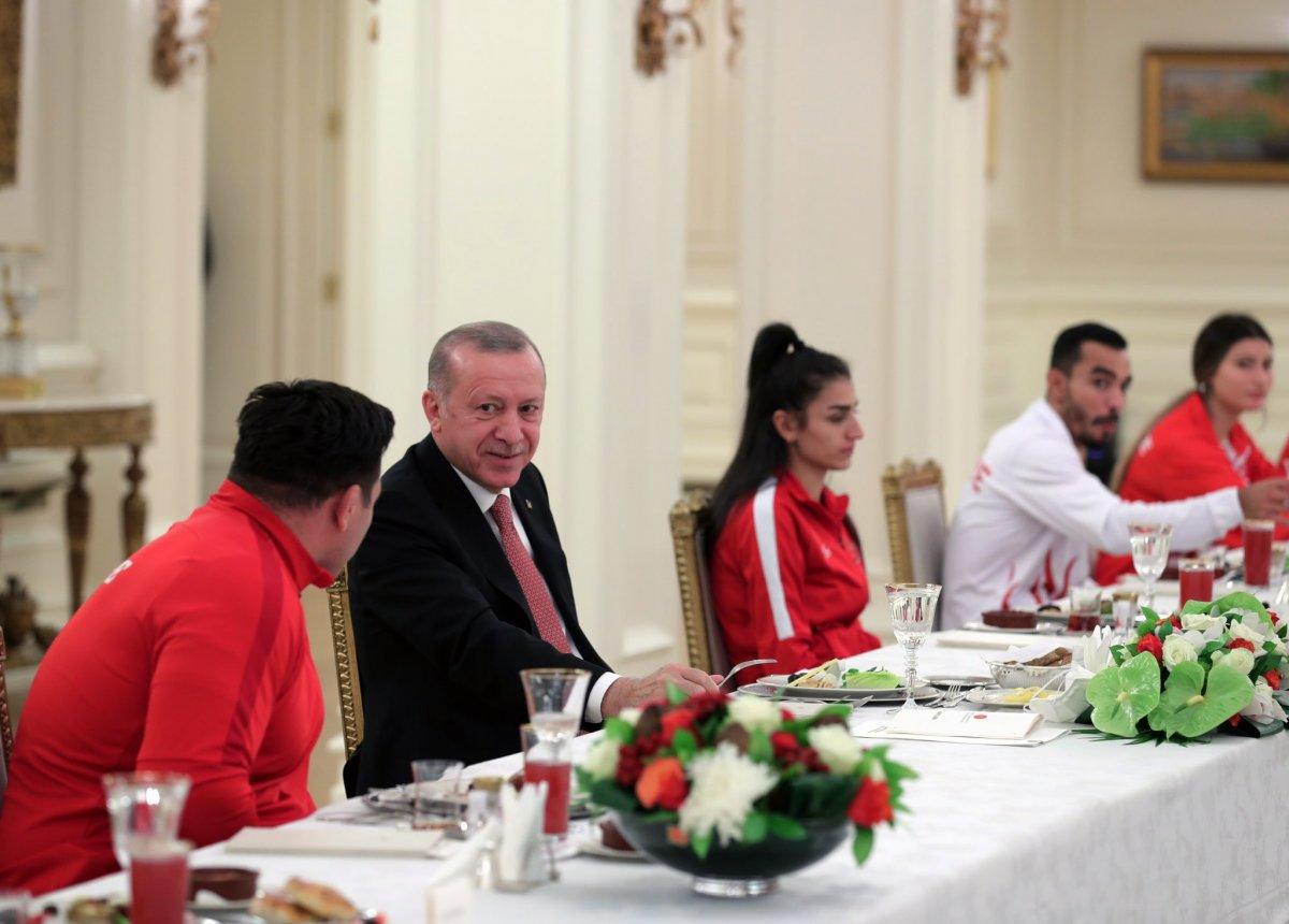 Cumhurbaşkanı Erdoğan milli sporcularla iftar yemeğinde bir araya geldi #2