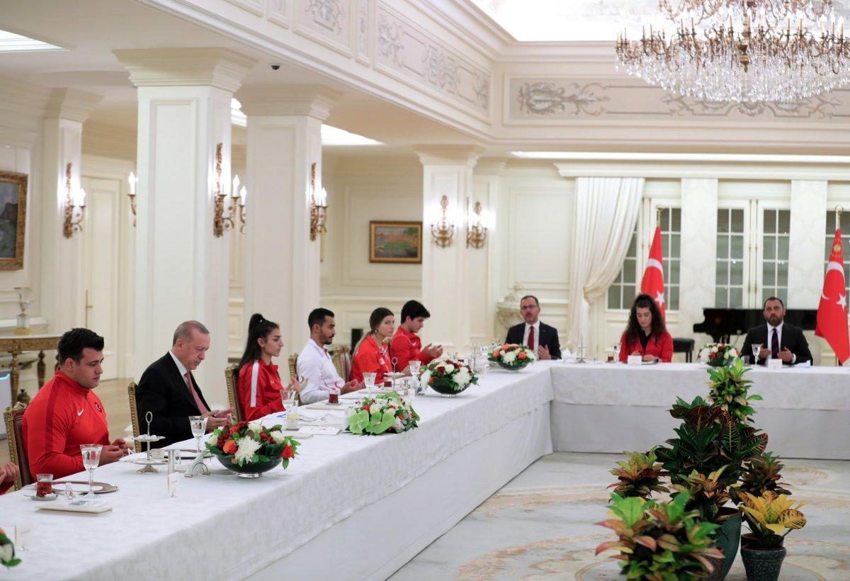 Cumhurbaşkanı Erdoğan milli sporcularla iftar yemeğinde bir araya geldi #3