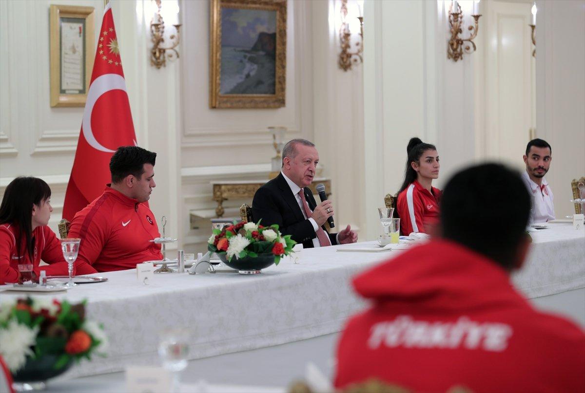 Cumhurbaşkanı Erdoğan milli sporcularla iftar yemeğinde bir araya geldi #6