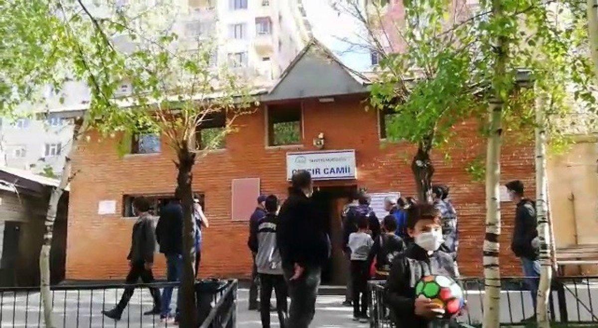 Erzurum da polisle vatandaş arasında cami gerginliği #1