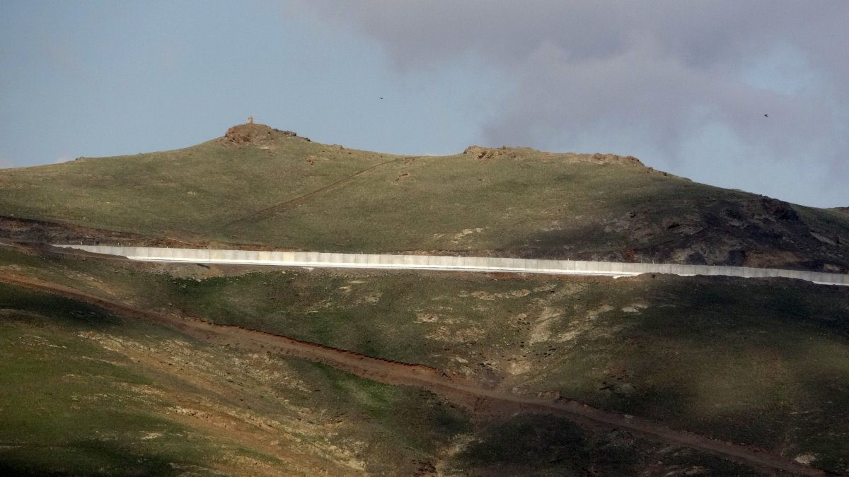 Van'ın İran sınırı 64 kilometrelik duvarla güçlendiriliyor #2