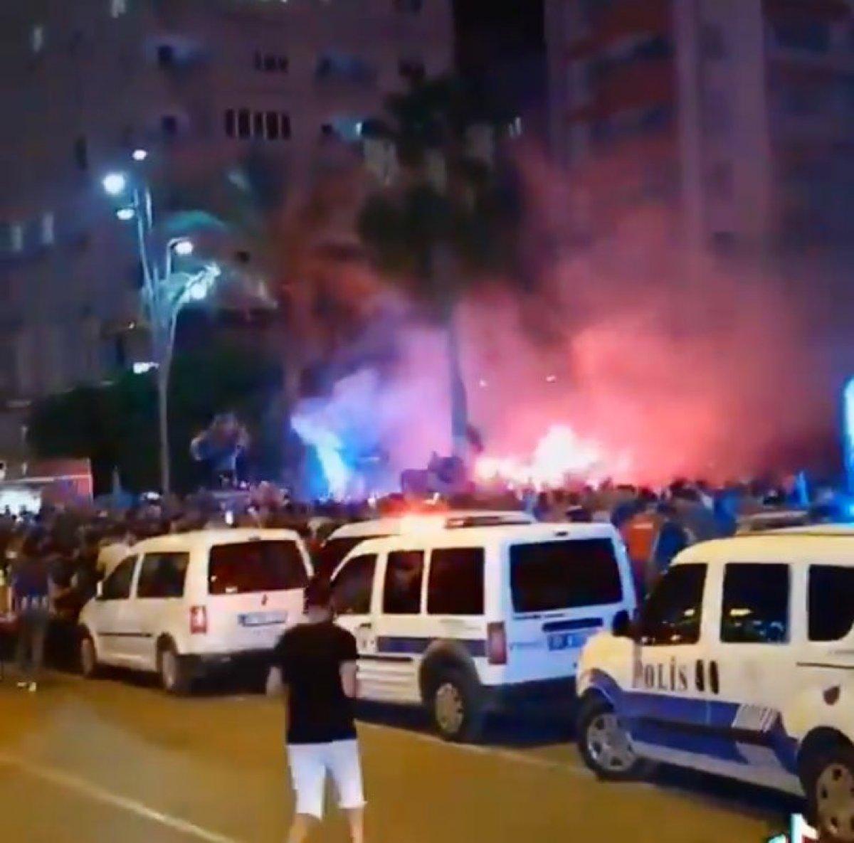 Adana Demirspor un 26 yıl sonra gelen şampiyonluğu kentte coşkuyla kutlandı #3