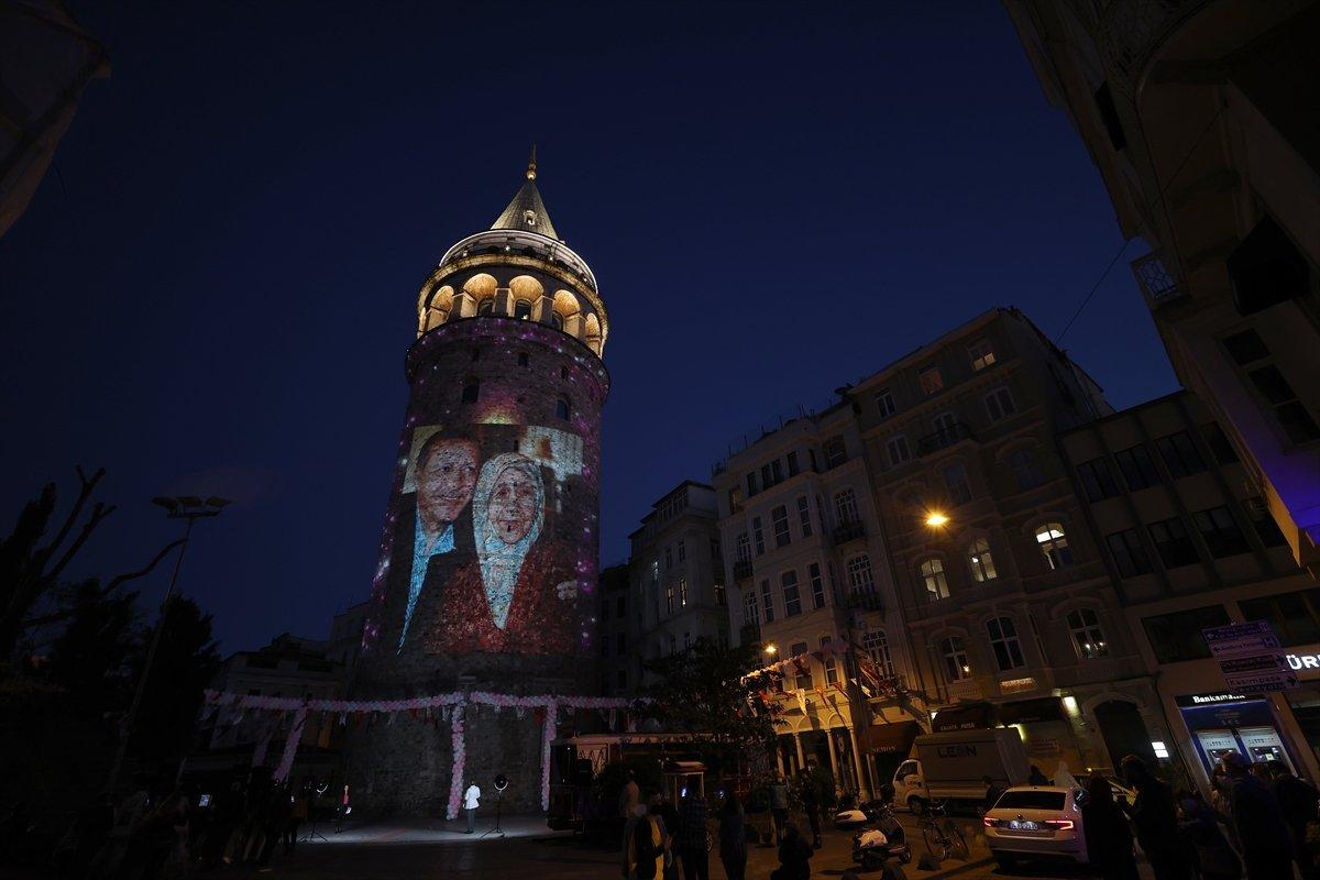 Anneler Günü, Galata Kulesi ne yansıtılan fotoğraflarla kutlandı #3