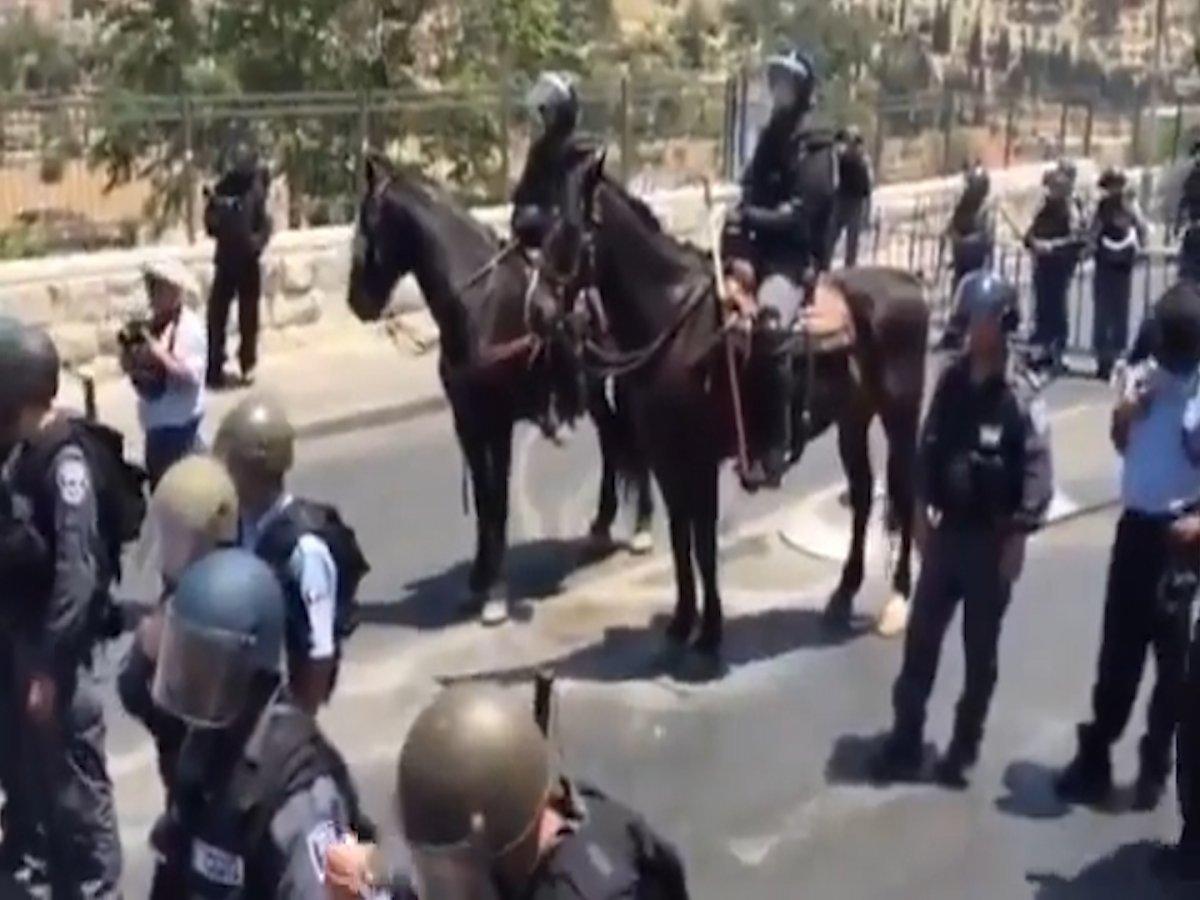 Yol kesen İsrail polisine karşı duran cesur Filistinliler  #1