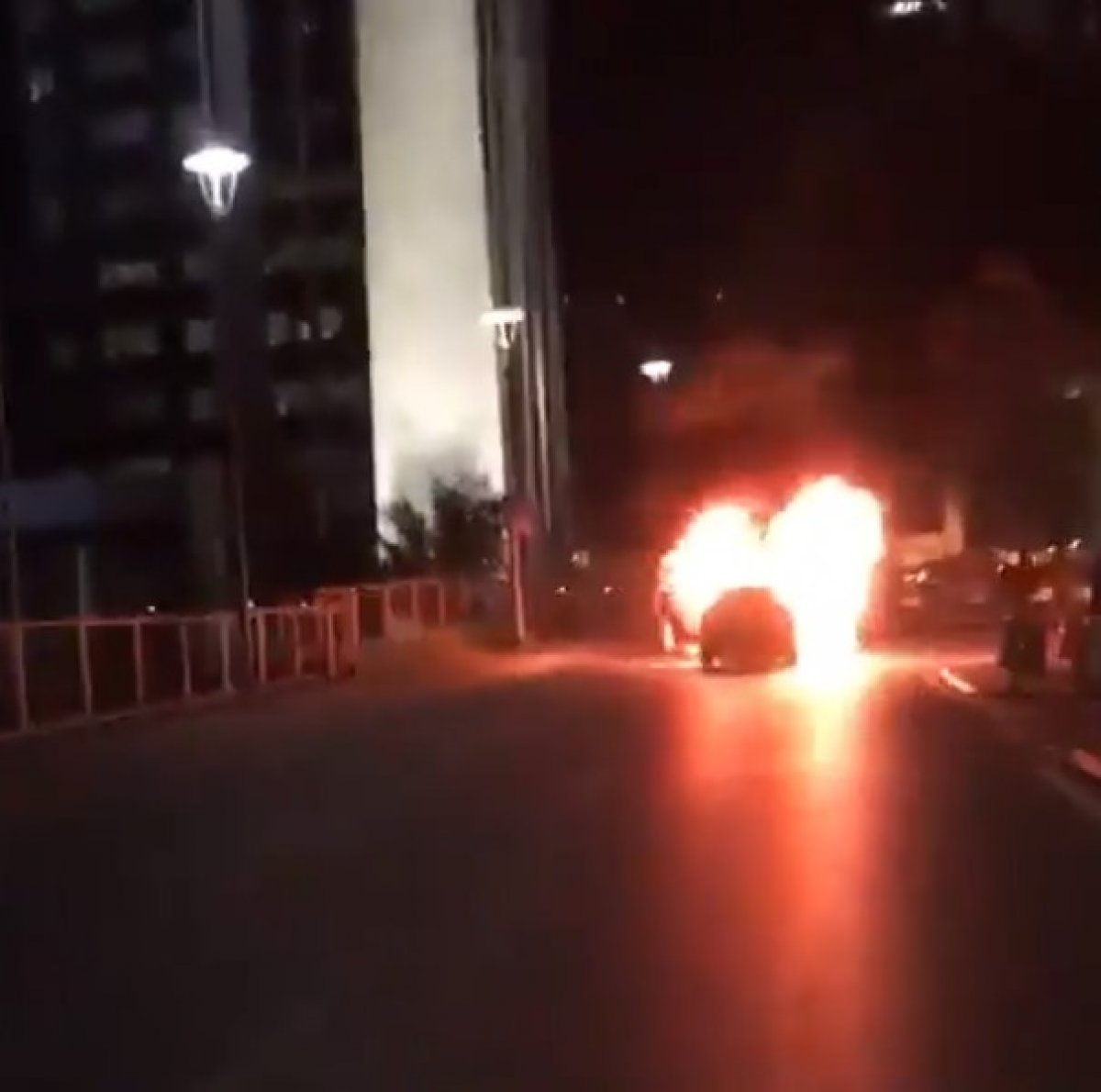 İsrail i protesto için İstanbul Başkonsolosluğu önünde otomobillerini yaktılar #2