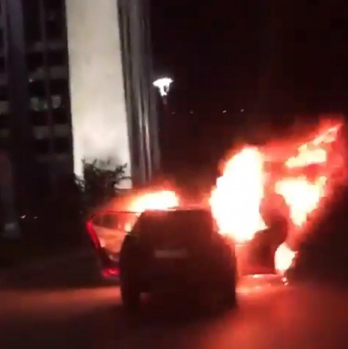 İsrail i protesto için İstanbul Başkonsolosluğu önünde otomobillerini yaktılar #1