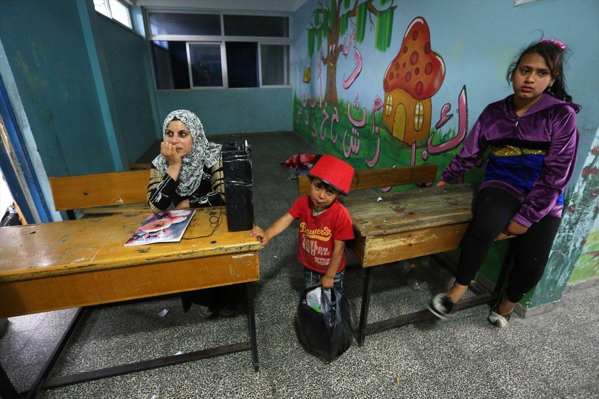 Filistinliler, İsrail bombalarından korunmak için okullara sığındı #8