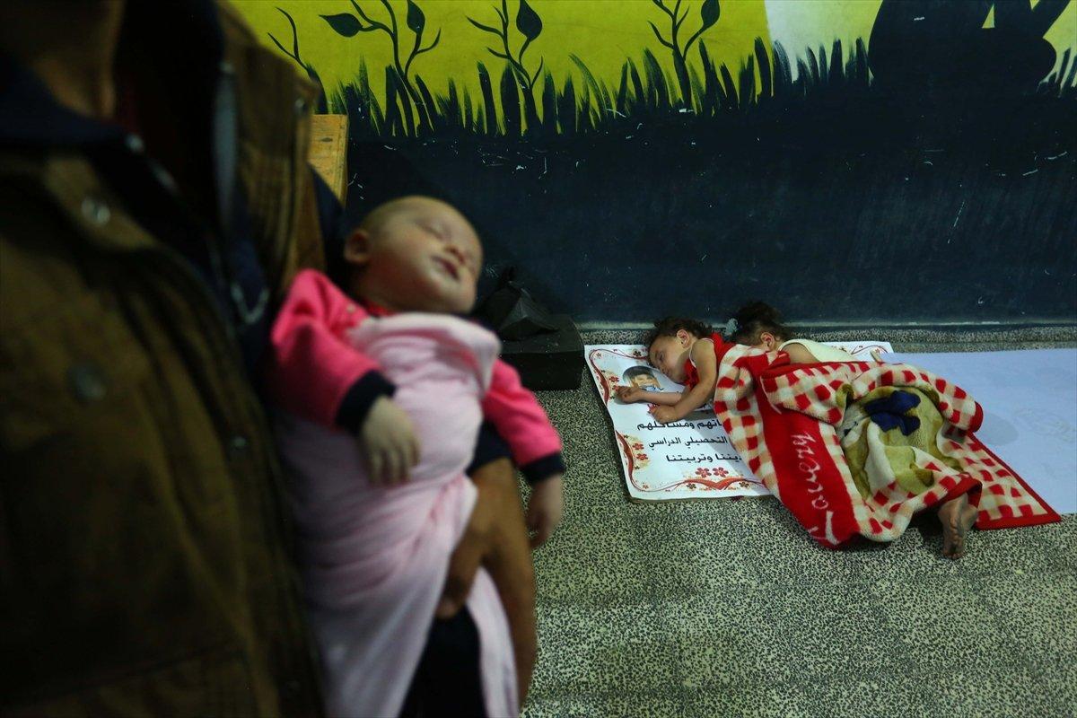 Filistinliler, İsrail bombalarından korunmak için okullara sığındı #1