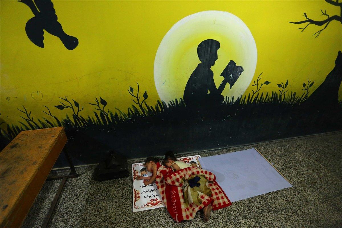 Filistinliler, İsrail bombalarından korunmak için okullara sığındı #6