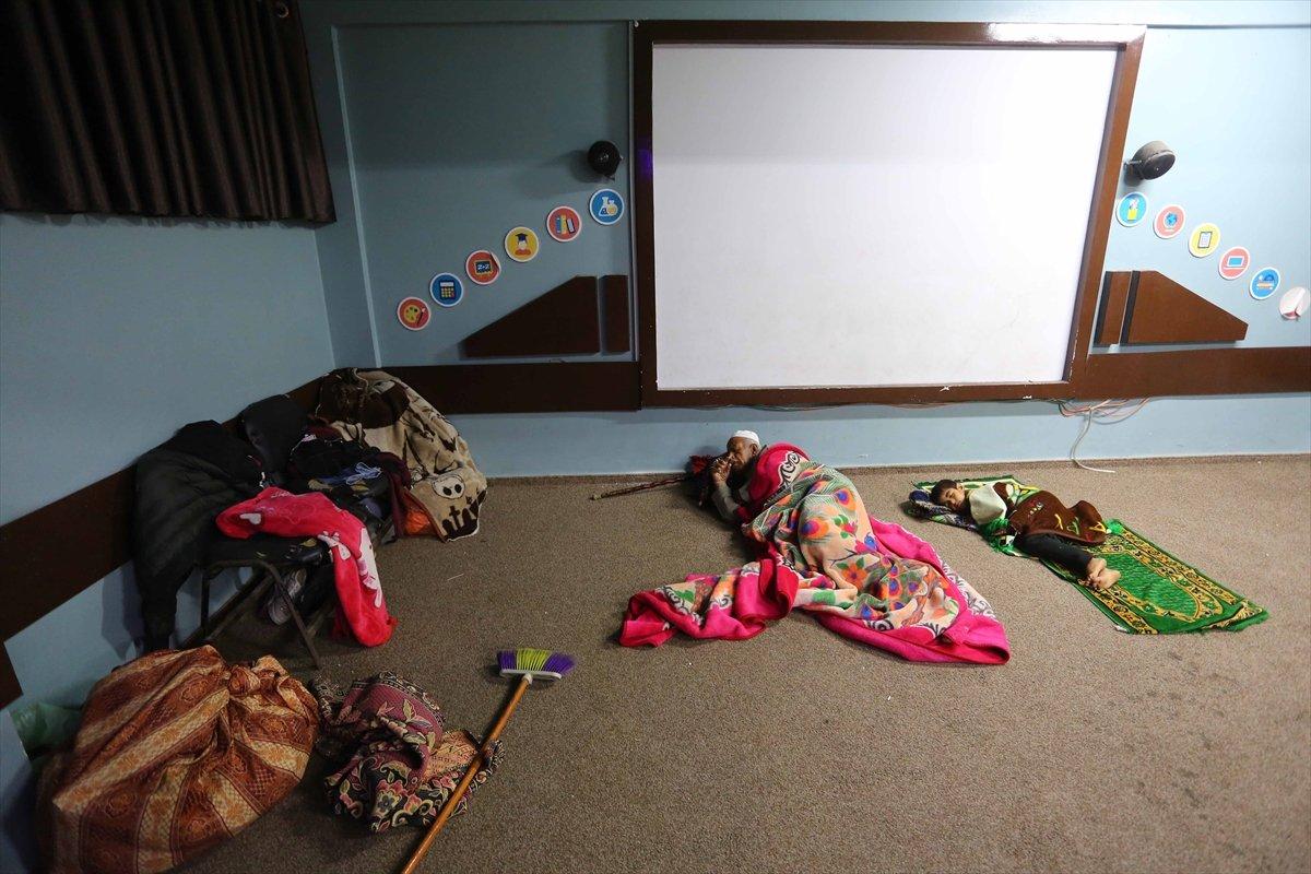Filistinliler, İsrail bombalarından korunmak için okullara sığındı #12