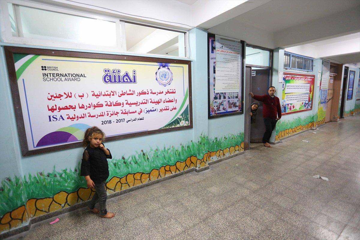 Filistinliler, İsrail bombalarından korunmak için okullara sığındı #11