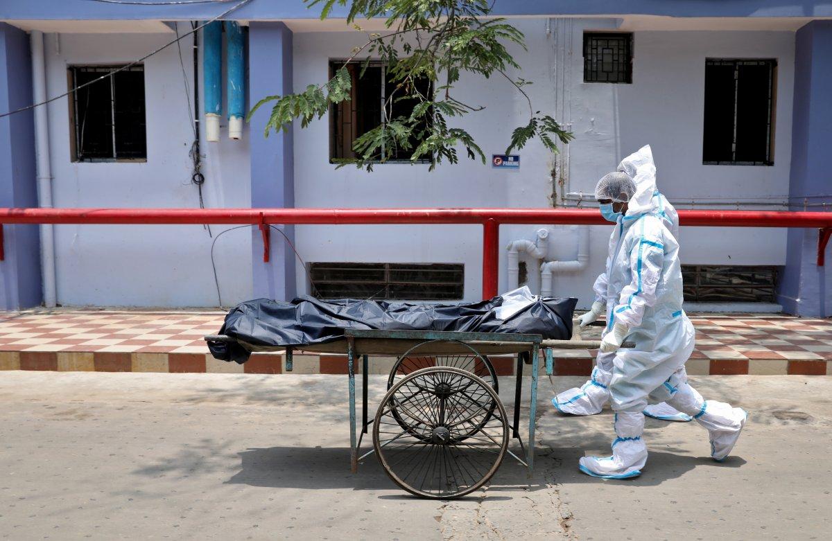 Hindistan'da nehir kıyısına gömülmüş yüzlerce ceset bulundu #6