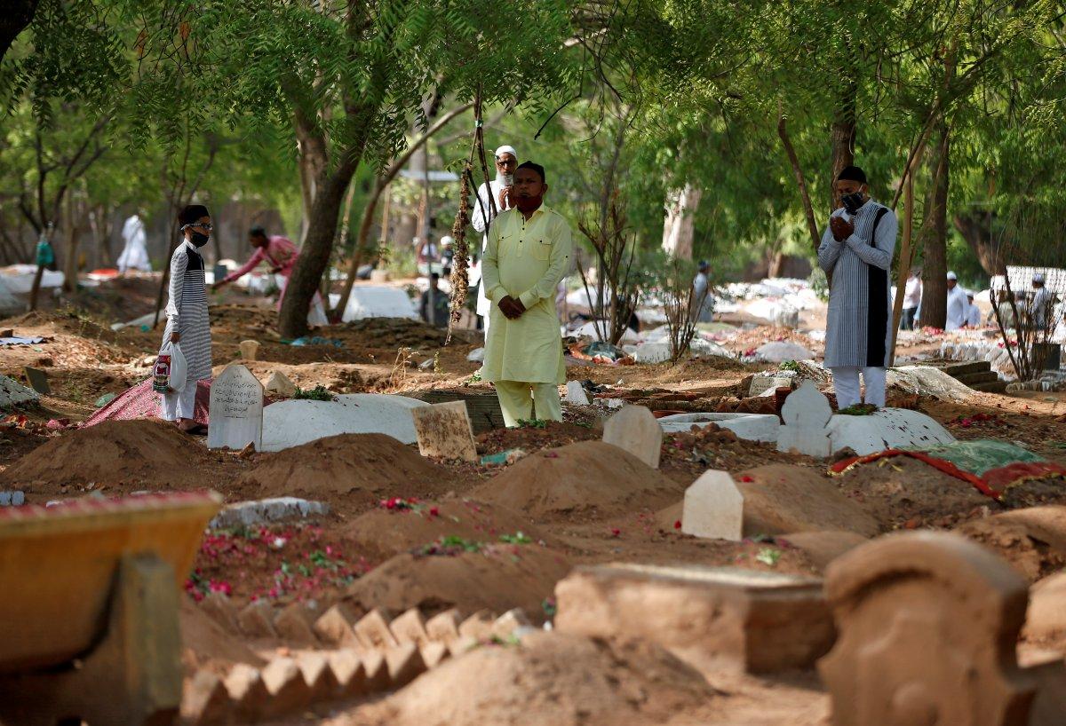 Hindistan'da nehir kıyısına gömülmüş yüzlerce ceset bulundu #3