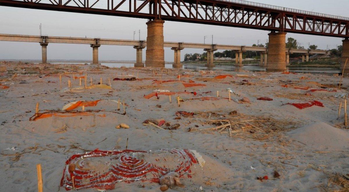 Hindistan'da nehir kıyısına gömülmüş yüzlerce ceset bulundu #1
