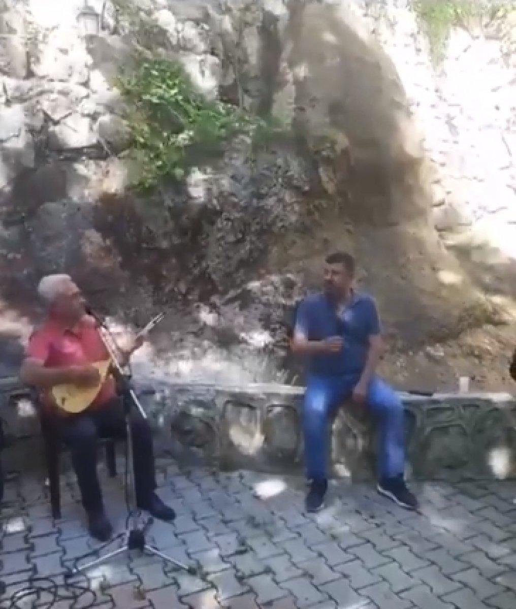 CHP li Veli Ağbaba, sokağa çıkma yasağında alem yaptı #1
