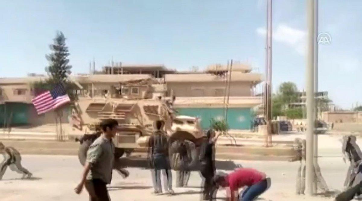 Suriye'de PKK yandaşları, ABD ordusu araçlarını taşladı #1