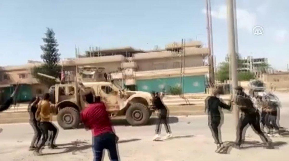 Suriye'de PKK yandaşları, ABD ordusu araçlarını taşladı #2