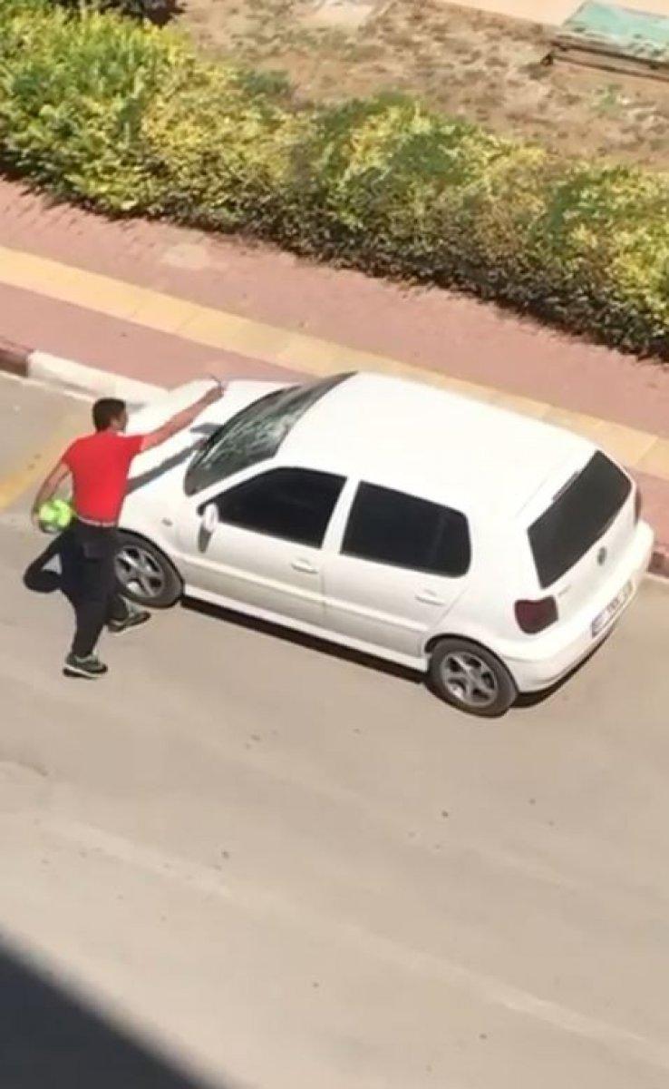 Antalya da parke taşıyla otomobile saldırdı #2