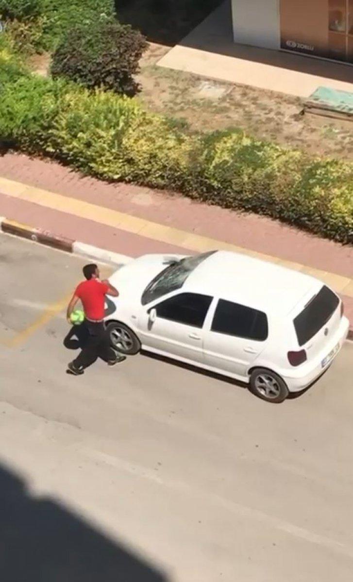 Antalya da parke taşıyla otomobile saldırdı #1