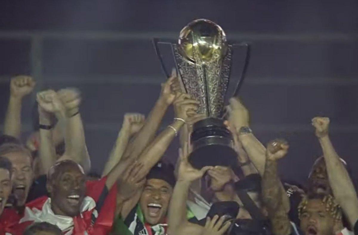 Şampiyon Beşiktaş kupasını aldı #1