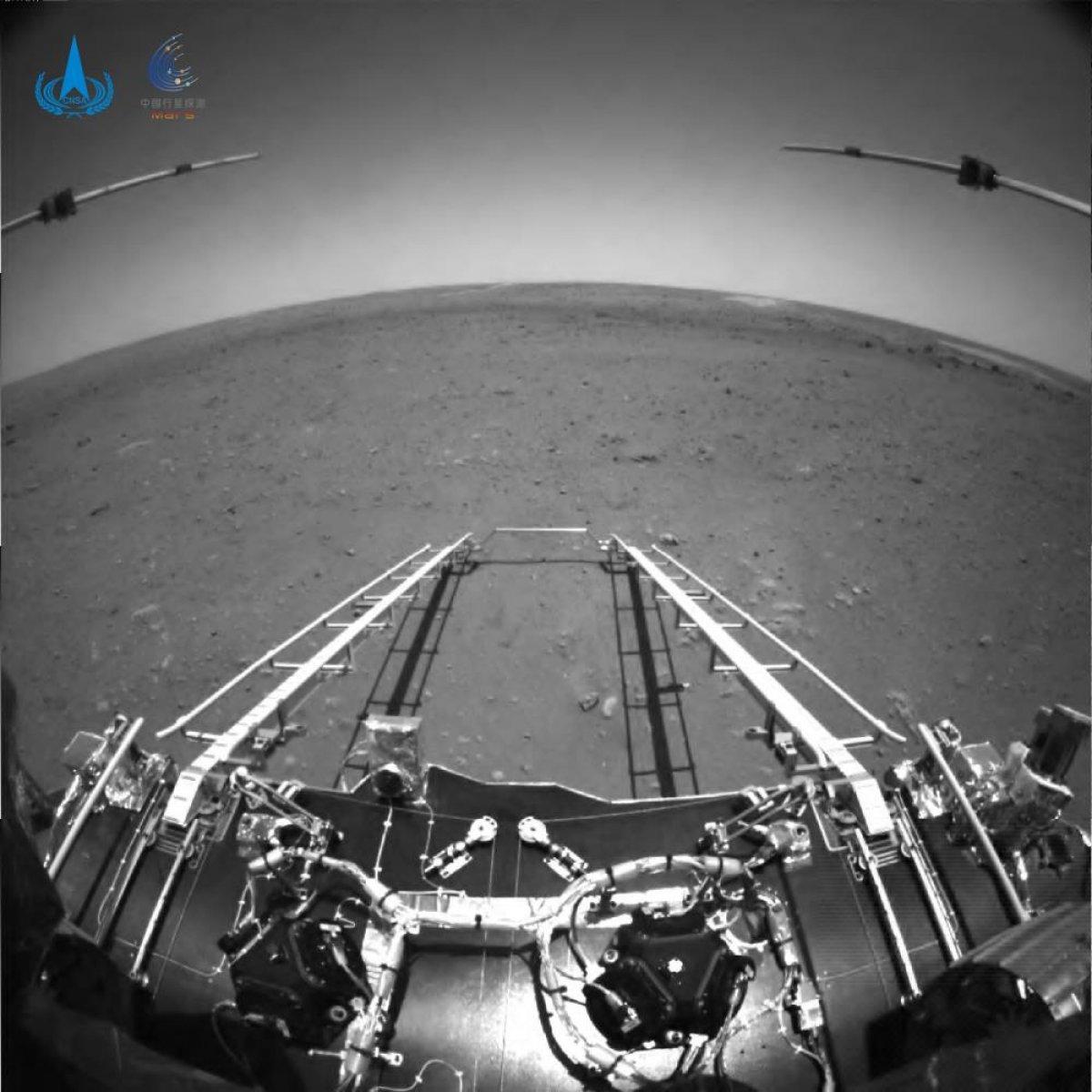 Çin, Mars keşif aracı Zhurong un çektiği ilk fotoğrafları yayınladı #2