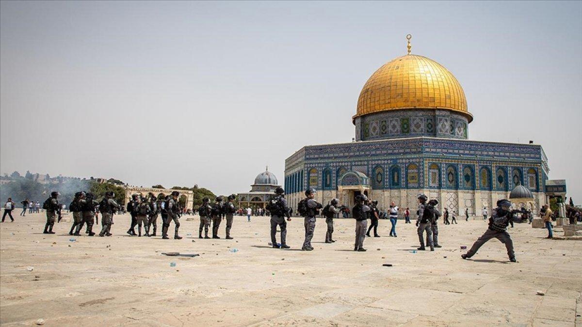 İsrail polisi, Mescid-i Aksa'daki cemaate ses bombalarıyla saldırdı #1
