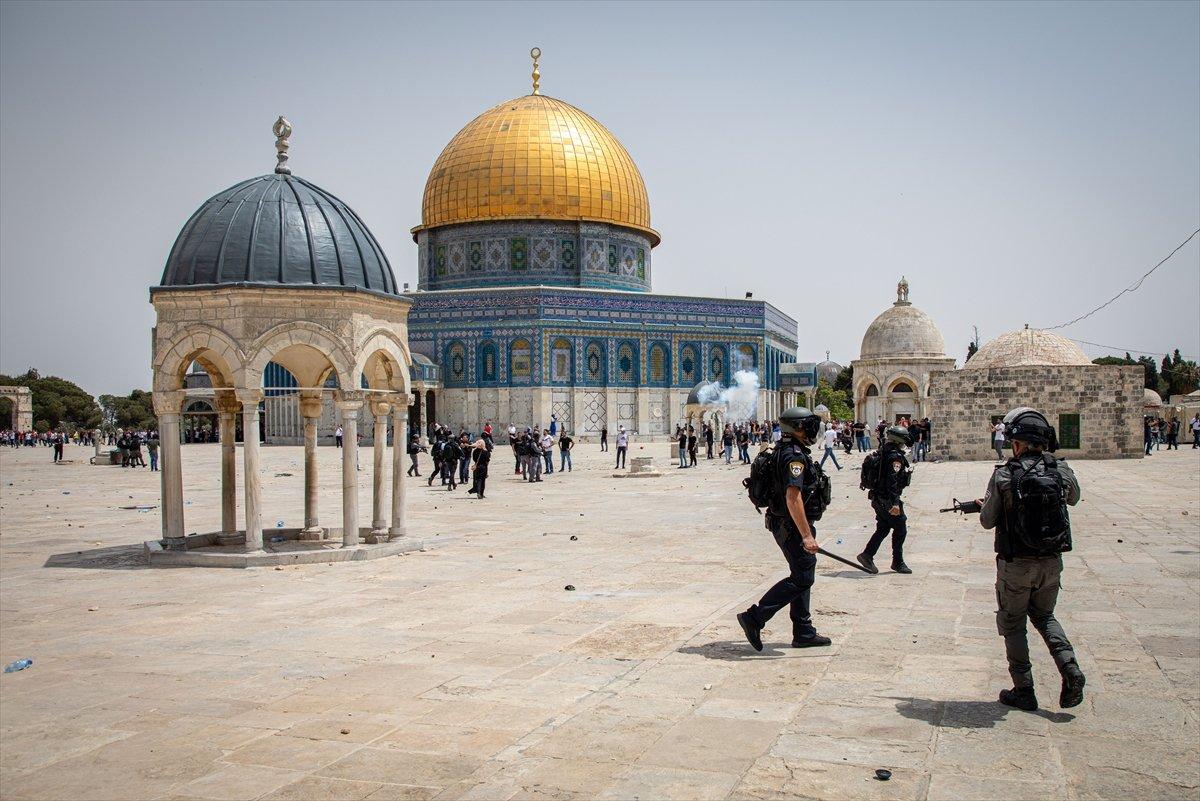 İsrail polisi, Mescid-i Aksa'daki cemaate ses bombalarıyla saldırdı #3
