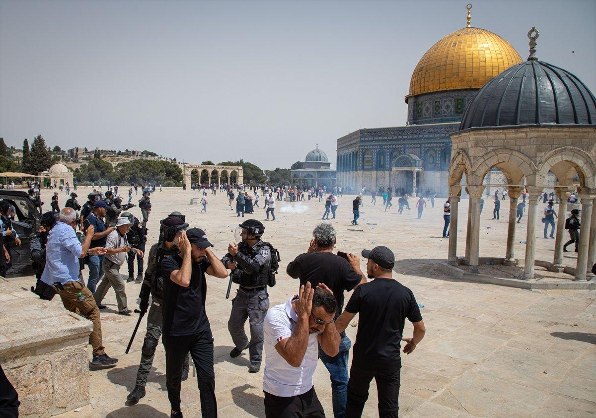 İsrail polisi, Mescid-i Aksa'daki cemaate ses bombalarıyla saldırdı #9