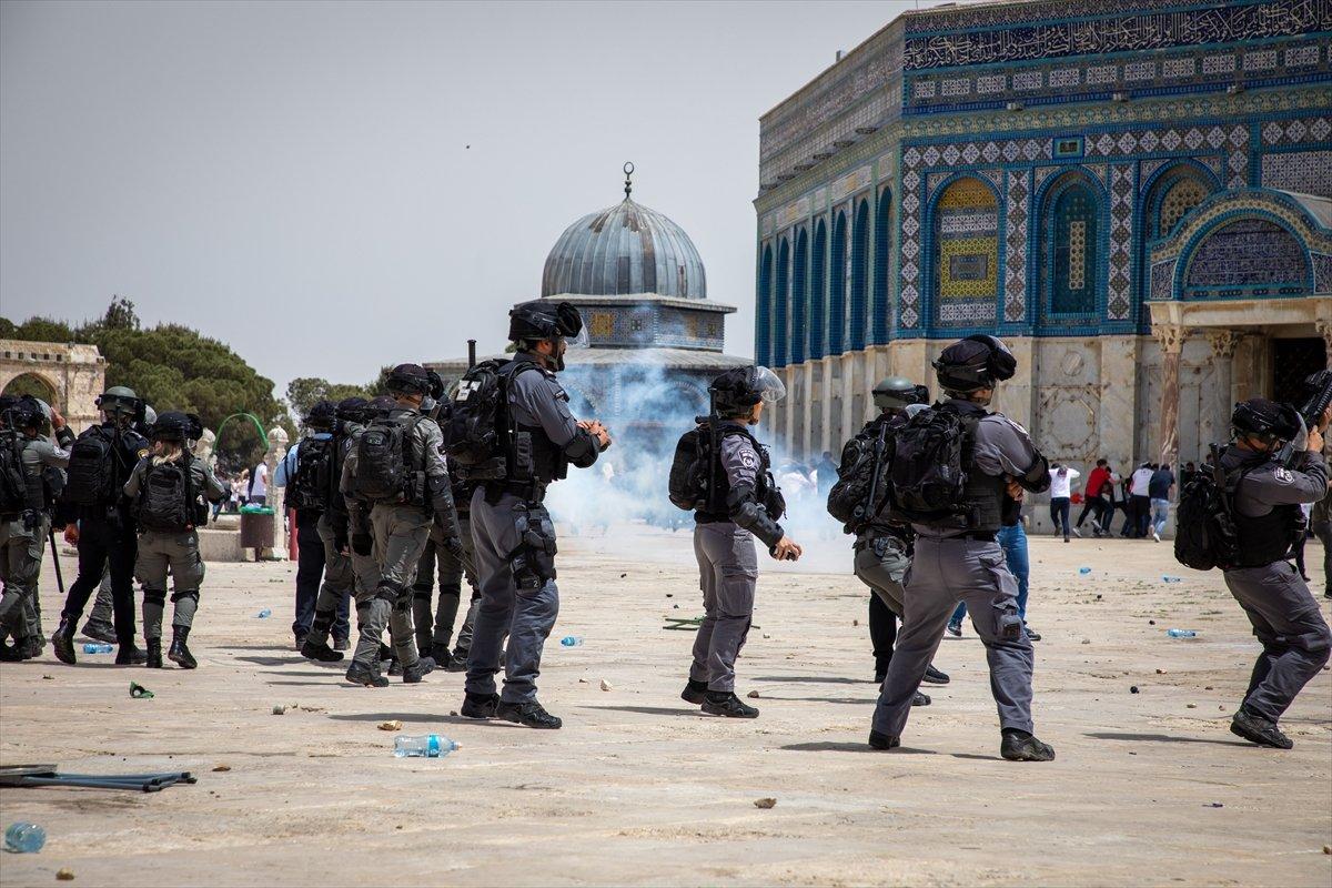 İsrail polisi, Mescid-i Aksa'daki cemaate ses bombalarıyla saldırdı #4