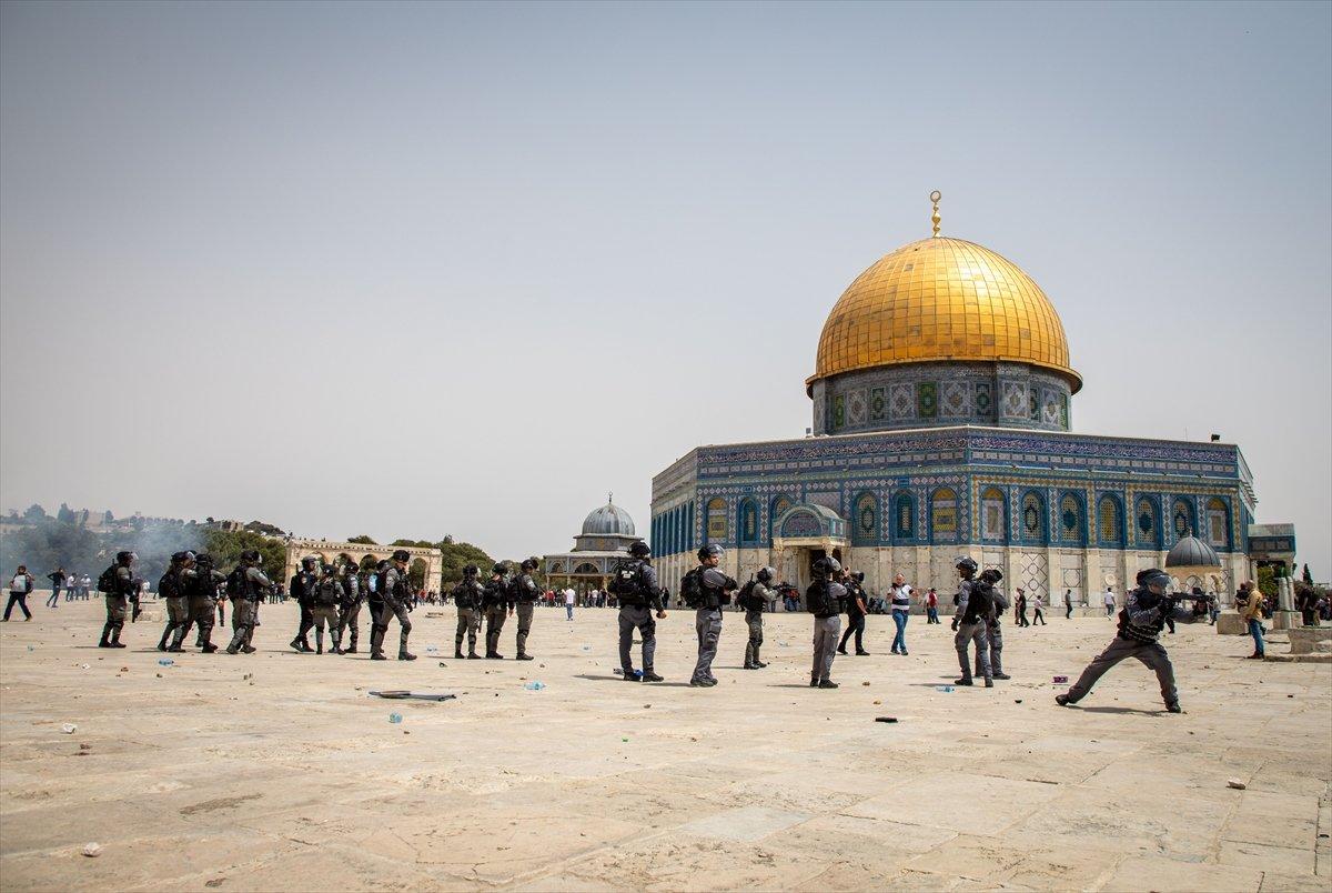 İsrail polisi, Mescid-i Aksa'daki cemaate ses bombalarıyla saldırdı #5