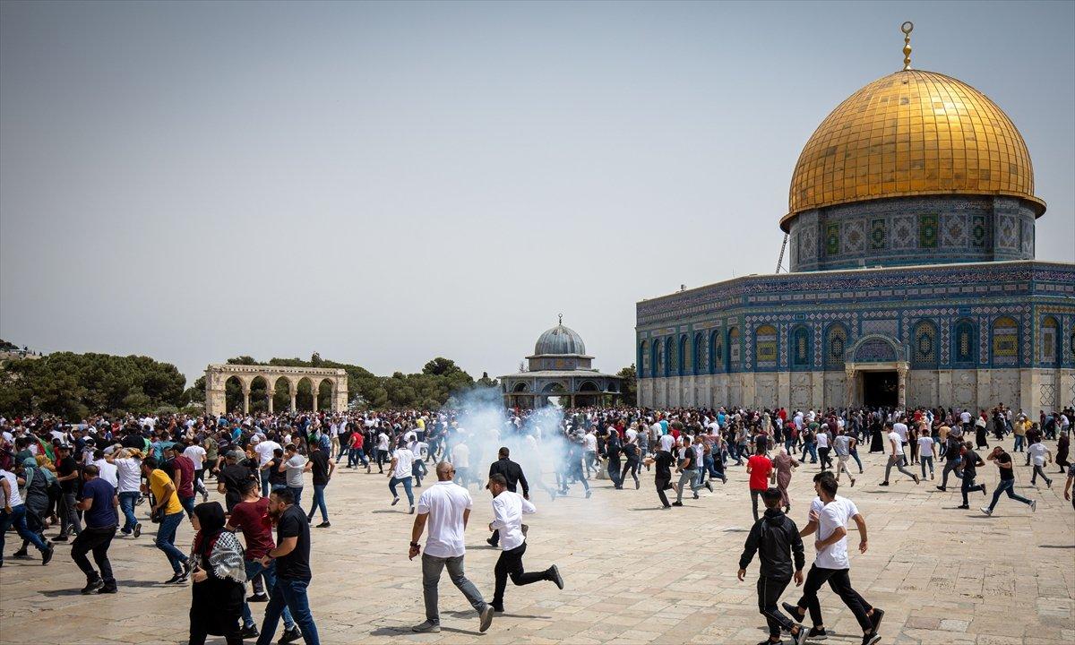 İsrail polisi, Mescid-i Aksa'daki cemaate ses bombalarıyla saldırdı #2