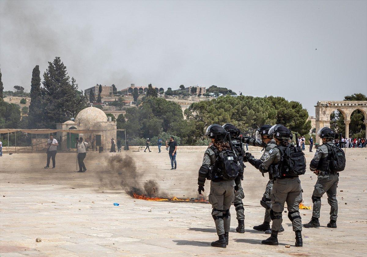 İsrail polisi, Mescid-i Aksa'daki cemaate ses bombalarıyla saldırdı #7