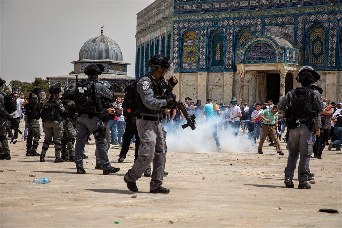 İsrail polisi, Mescid-i Aksa'daki cemaate ses bombalarıyla saldırdı #6