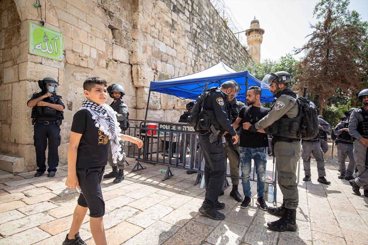 İsrail polisi, Mescid-i Aksa'daki cemaate ses bombalarıyla saldırdı #11