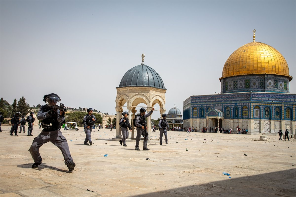 İsrail polisi, Mescid-i Aksa'daki cemaate ses bombalarıyla saldırdı #10