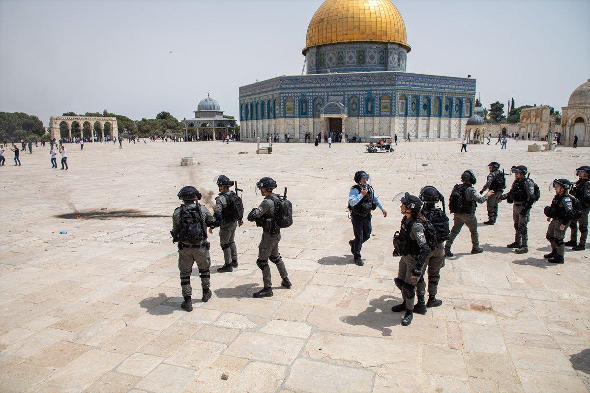 İsrail polisi, Mescid-i Aksa'daki cemaate ses bombalarıyla saldırdı #8