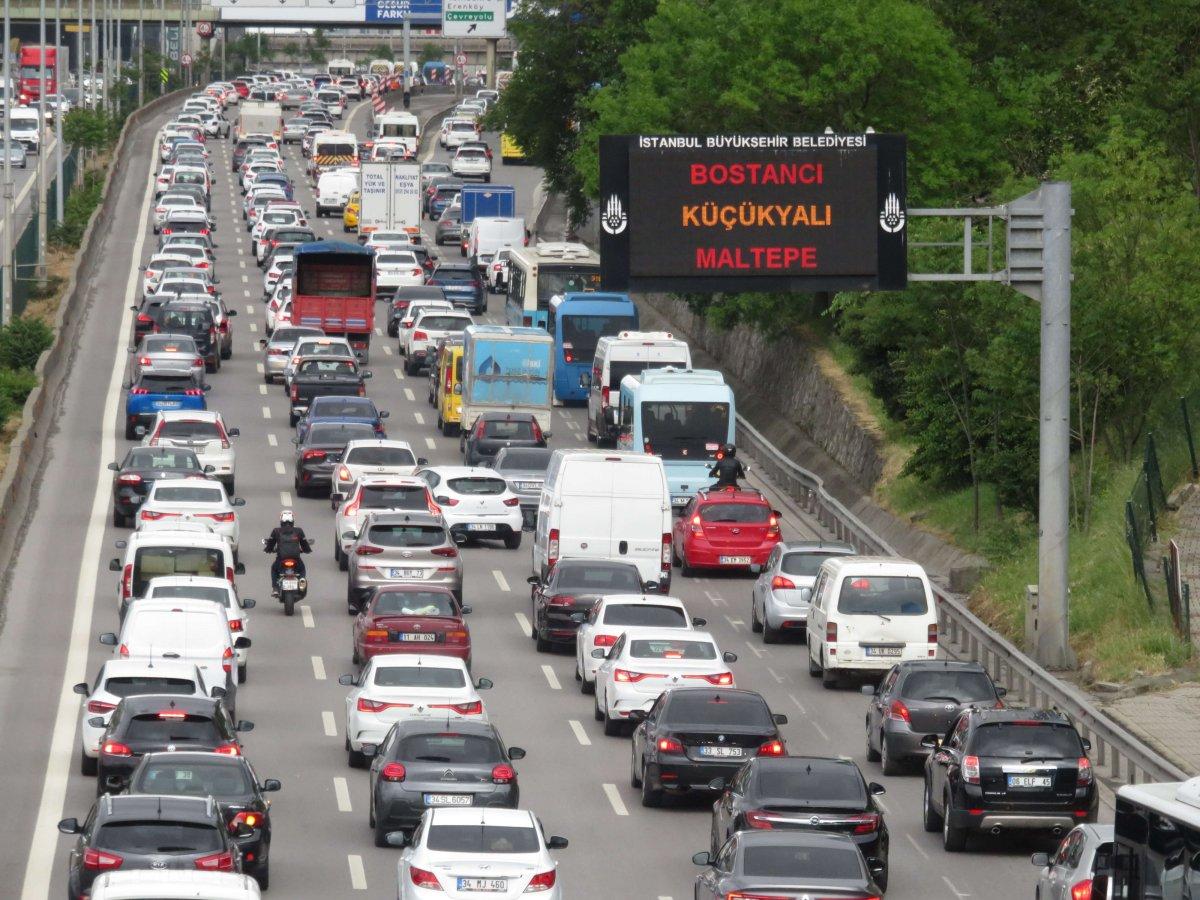 Hafta sonu kısıtlaması öncesi trafik yoğunluğu #1