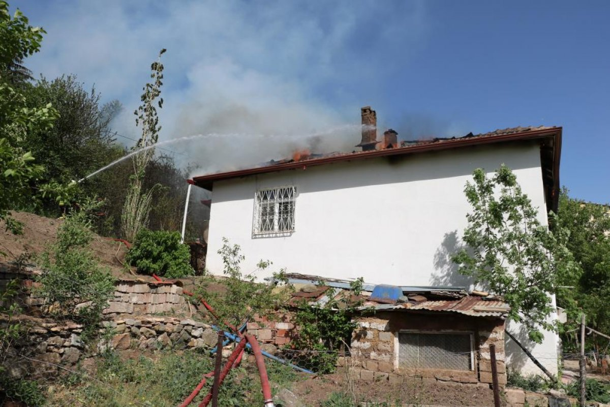Yozgat ta 2 katlı evin çatısı yandı  #3